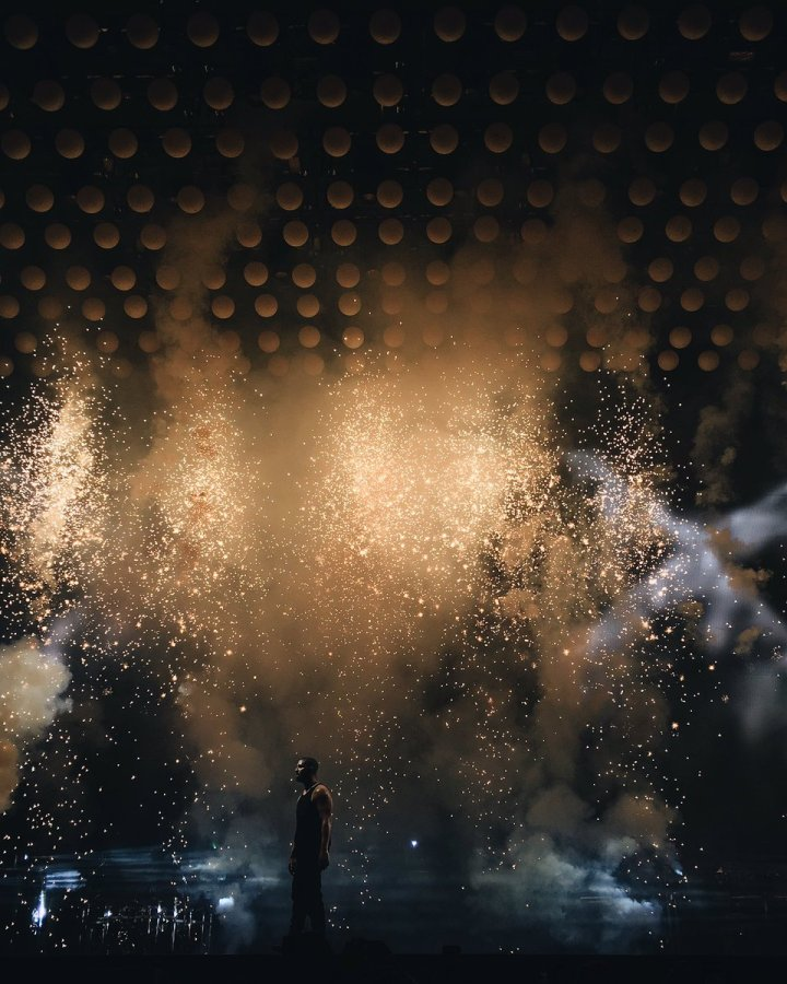 Blogger Karla Moy captures the visual energy of Drake's Summer Sixteen tour set. (Photo credit: Karla Moy/hustleGRL via Twitter)