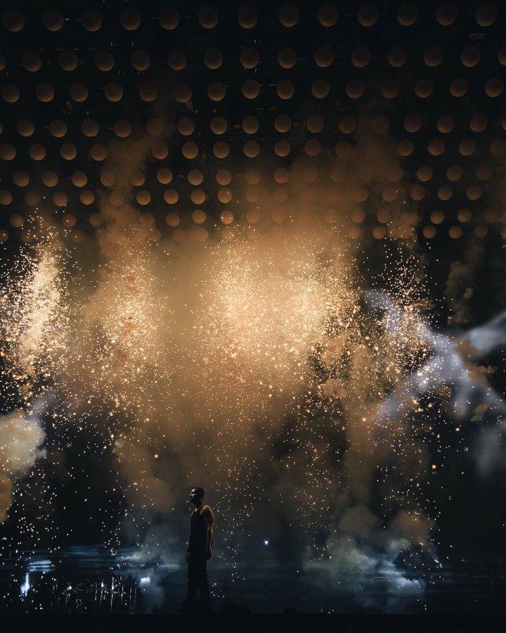 Blogger Karla Moy captures the visual energy of Drake's Summer Sixteen tour set. (Photo credit: Karla Moy/hustleGRL via Twitter)
